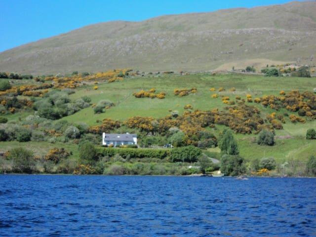 Panoramic lake view cottage - Clonbur - Hus