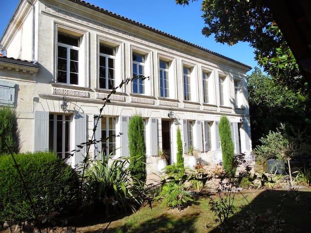 Historic villa with sunny pool - Bourg - Villa