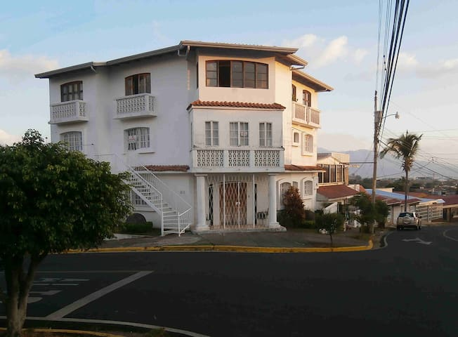 Only 5 minutes from the airport, nice & quiet - Alajuela Province - Bed & Breakfast