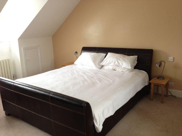 Large Room (sleeps 4) with Ensuite, near Cambridge - Hauxton - Hus