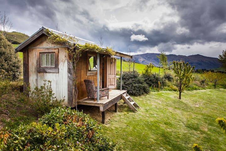 The cosy cabin with the stunning location and view - Wanaka - Houten huisje