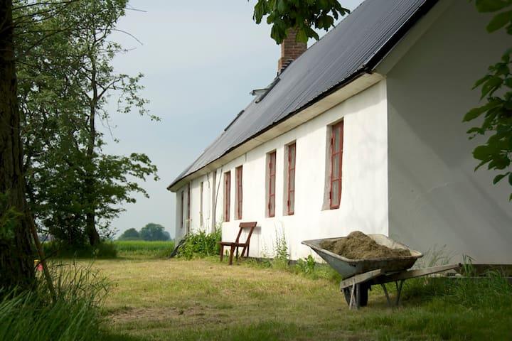 Big, old farmhouse in Österlen close to the beach. - Borrby - Huis
