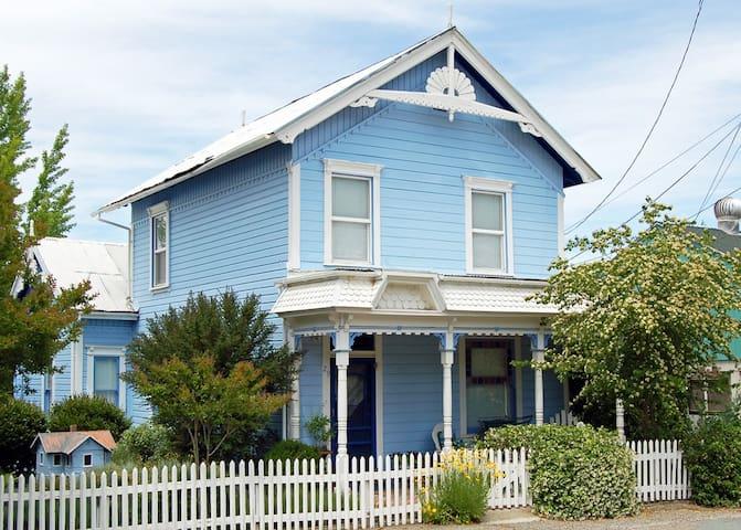 The Fournier House -- 1870 Victorian off Main St. - Sutter Creek - Ház