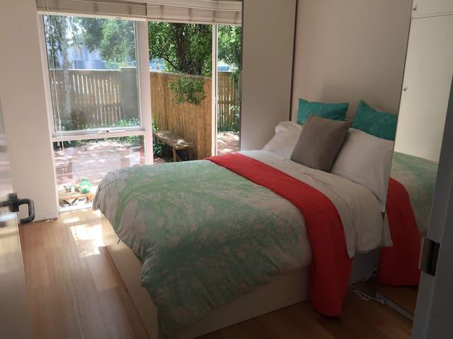 Sunny flat with lovely courtyard - Thornbury - Wohnung