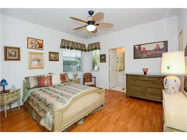 Beautiful Luxury Home with Two Nice Bedroom Suites - Weston