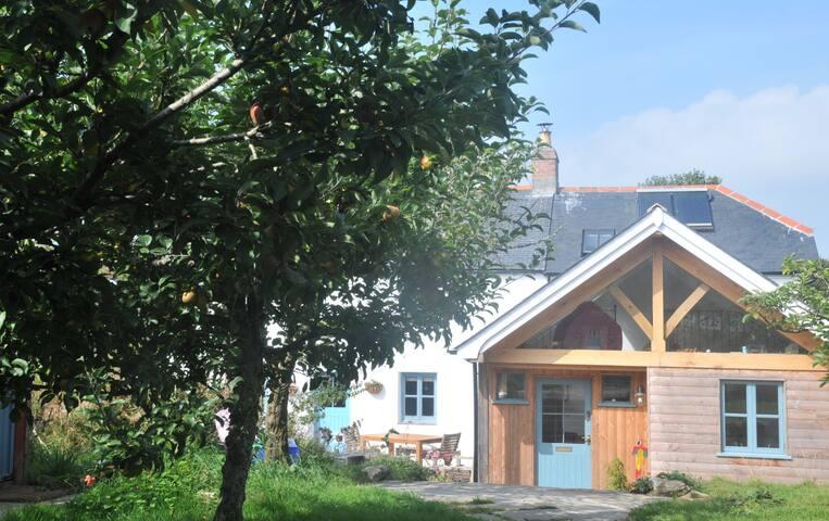 Idyllic farmhouse with large garden near Mousehole - Mousehole - Casa