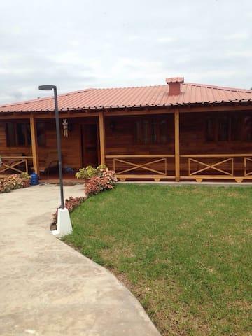 Alquilo Casa De Playa de Madera - Puerto Cayo - Dom