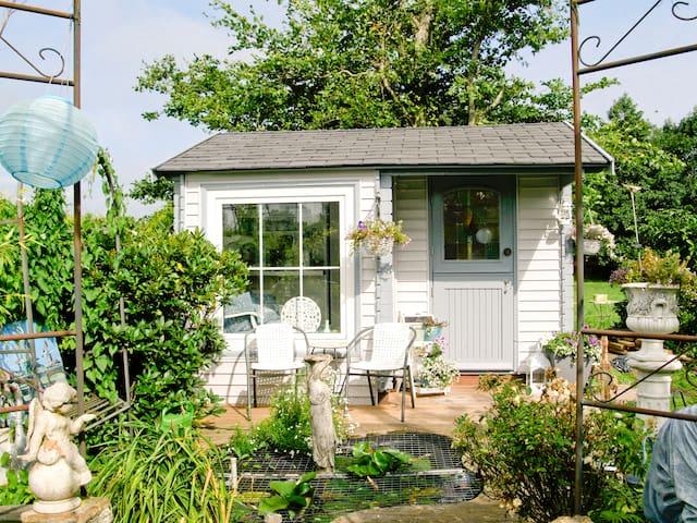 """""""2 White Cats"""" gardenhouse - Blankenham - Bed & Breakfast"""