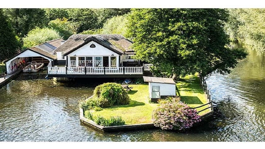 Wroxham holiday home with boat & hot tub sleeps 10 - Wroxham - Huis