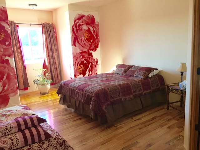 Upstairs Queen Bed + Futon, Private Bathroom, View - Kanab - Rumah