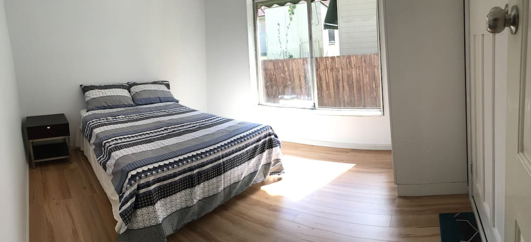 Central Coast light-filled bedroom with ensuite - Killarney Vale - Casa