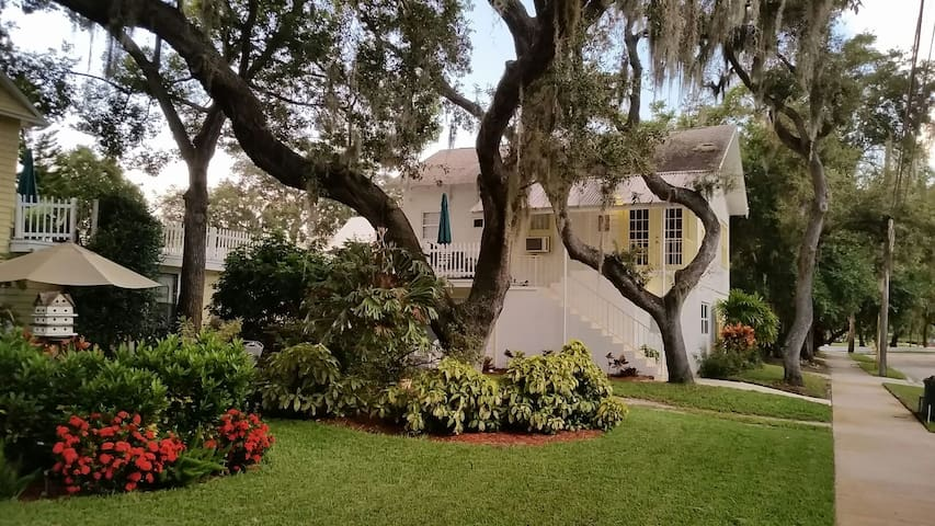 Cozy Carriage House at Spring Bayou - Tarpon Springs