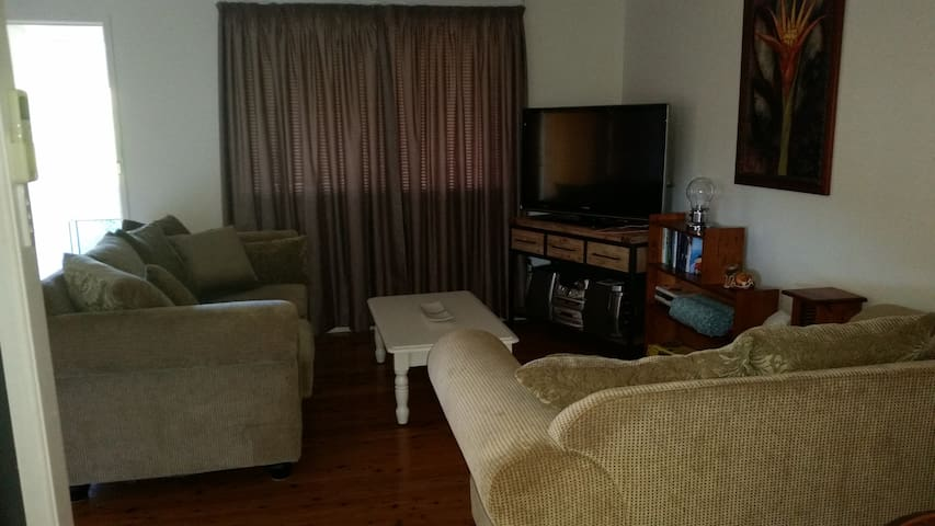 Cosy 3 bedroom Cottage  with sunroom and a deck - Centenary Heights