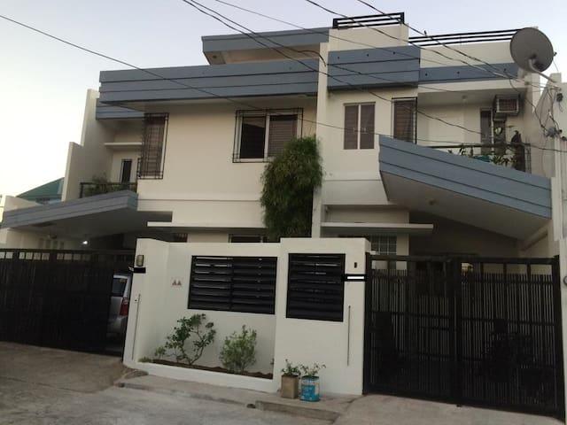 Brand New 3 BR House in the heart of Legazpi City - Legazpi City - Leilighet