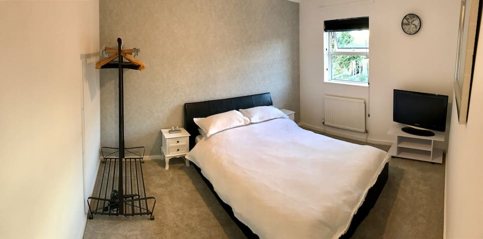Beautiful & Bright Double Room, close to station - Welwyn Garden City - Hus