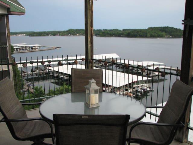 Waterfront, 3BR 2 bath, on main channel, VIEWS!!! - Lake Ozark - Apartmen