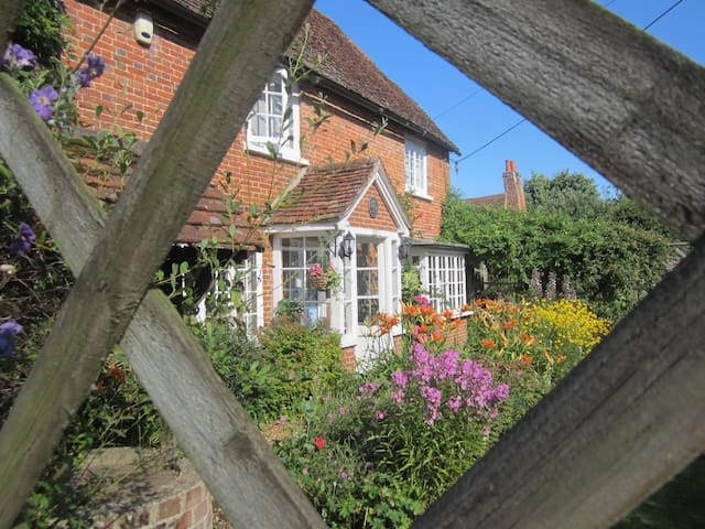 17th/18th Century Grade II Listed Cottage - Crondall - Bed & Breakfast