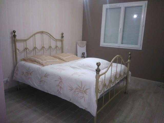 Chambre à louer dans un endroit calme - Saint-Victor - Hus