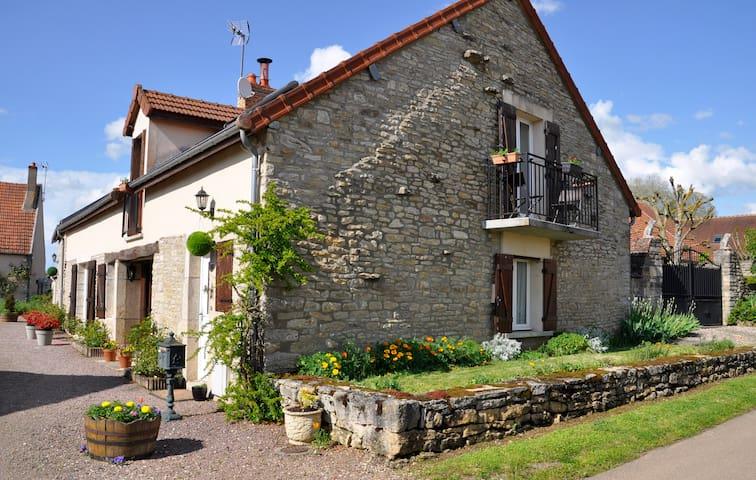 Maison des Fleurs B&B in Beautiful quiet Village. - Missery - Pousada