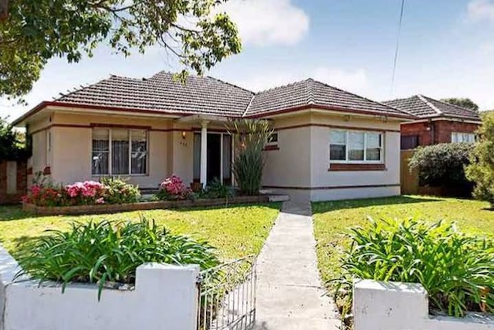 Easy going house with pool. Close to Airport & CBD - Kingsgrove - Hus
