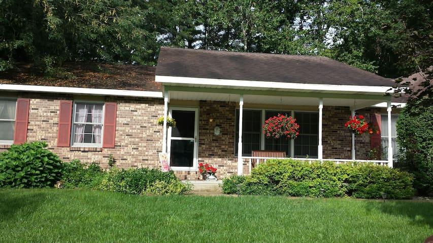 Charming Home on Gun River. - Plainwell - Maison