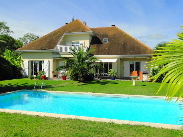Villa Les Acacias avec piscine - Bellocq - 別荘