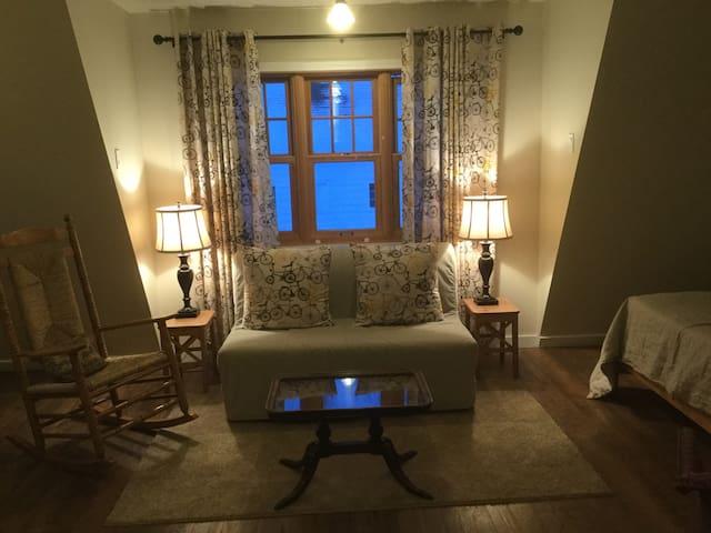 Warm and cozy cottage suite near Whyte Avenue - Edmonton - Rumah Tamu