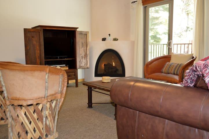 Taos Mountain Condo with Hot Tub! - Taos Ski Valley - Apto. en complejo residencial