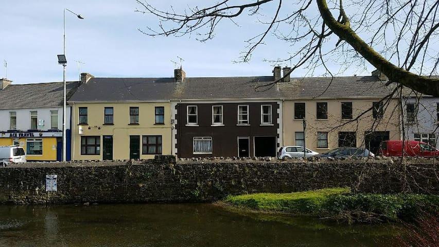 Historic Irish Row House - Newcastle West - Huis