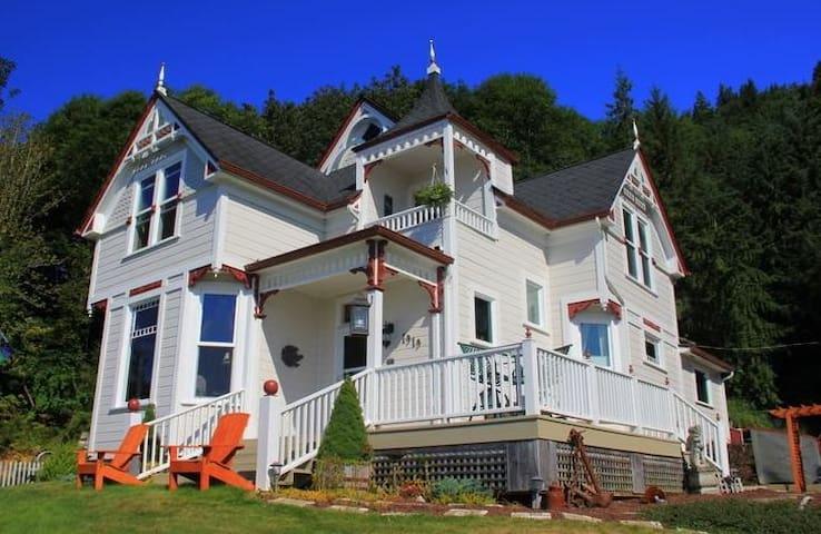 Dahlia House Bed & Breakfast, Pillar Rock Room - Rosburg - Bed & Breakfast