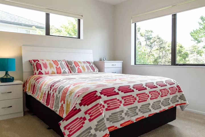 Comfortable Master Room, with stunning bush view - Auckland - Villa