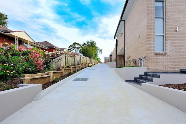 Brand new home close to shops and train station - Eastwood - Villa