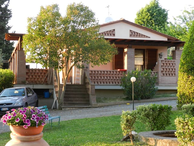 The little house in Villa Calabrò - Lari - Apartamento