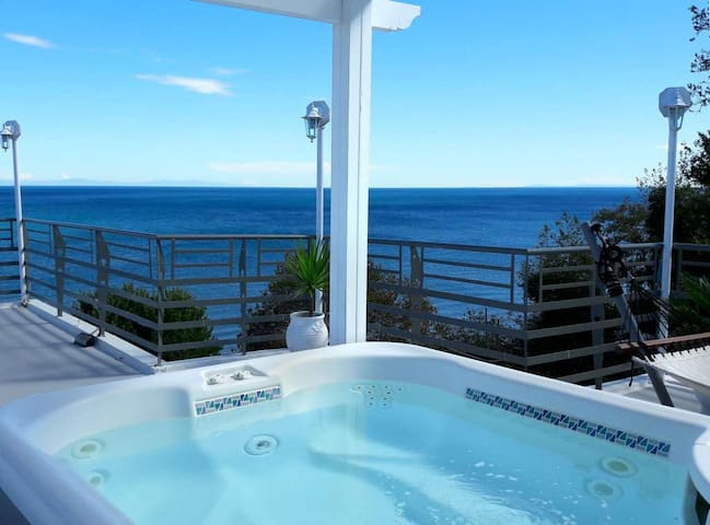 Penthouse Suite with Outdoor Jacuzzi & Sea View - Larisa - Bed & Breakfast