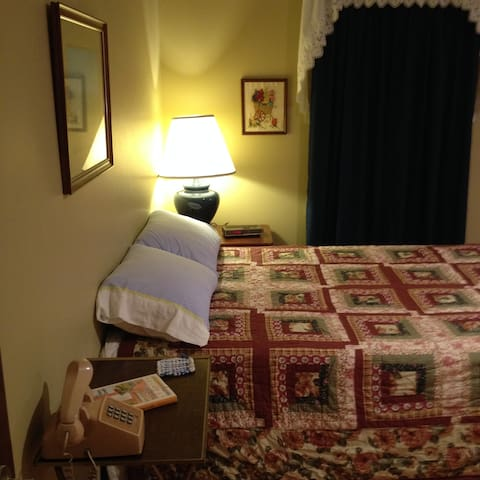 private room in home of widow - Overland Park - Casa