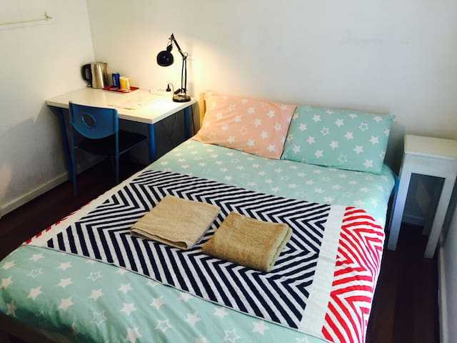 Cozy room & 5mins to airport & easy parking - Netley - Casa