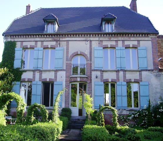 'Aupres de l'eglise' in Champagne. - Oyes - Villa