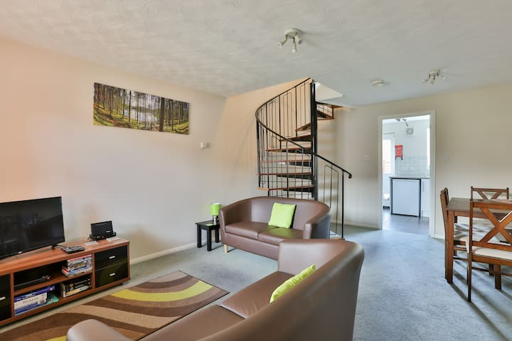 Elm House . Entire  2 Bed house - Swindon