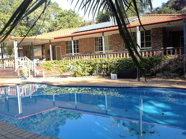 Large Family Home with Pool near Beach - Boambee - Hus