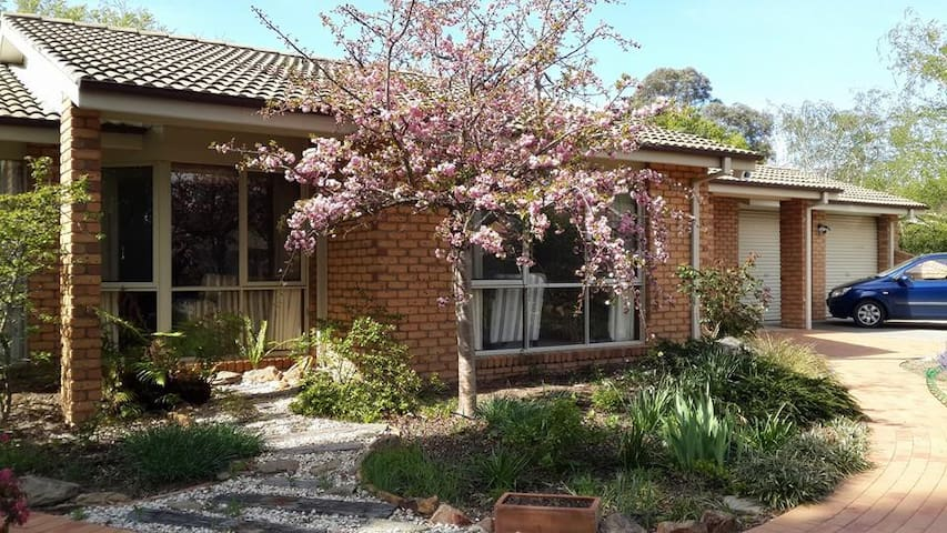 The Silver Birch, Canberra's silver lining! Room 2 - Isabella Plains - Rumah