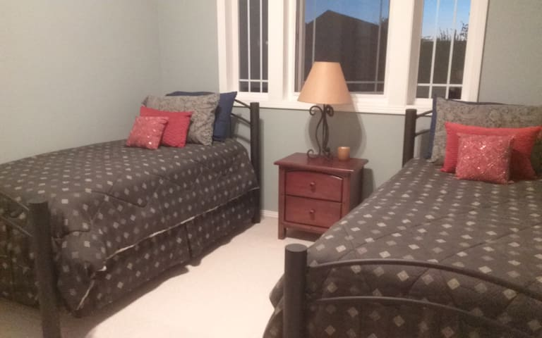 Two restful and cozy beds with private bath - Canby - Hus