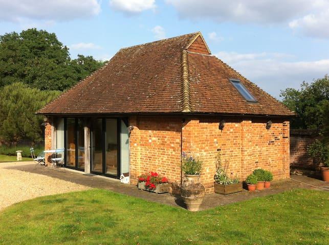 Luxury self-contained cottage - Surrey - Hytte (i sveitsisk stil)