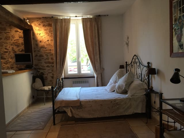 Romantic studio in lively walking and wine village - Saint-Chinian