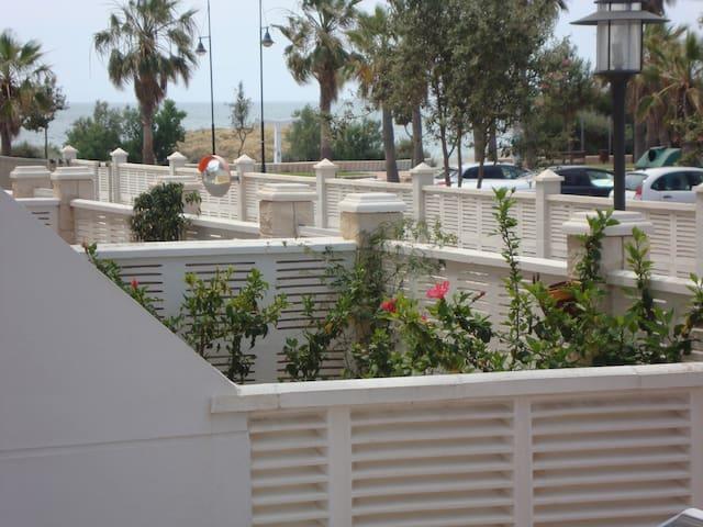 APARTAMENTO CON TERRAZA EN PRIMERA LÍNEA DE PLAYA - El Ejido - Lägenhet
