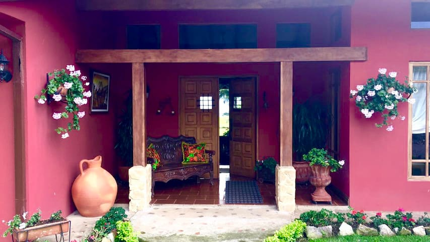 Cozy, elegant home surrounded by panoramic views - Cartago - Huis