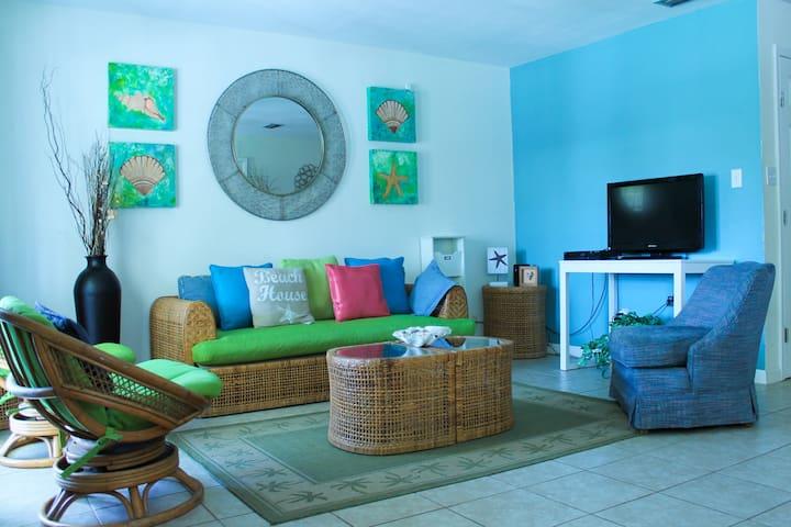 Beautiful, Spacious Kingfish Cottage - 4BR/4BA - South Padre Island - Mökki