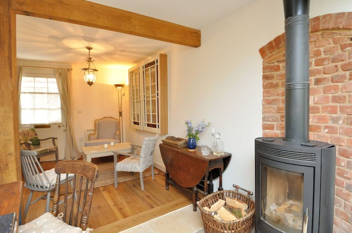 Hideaway Cottage with Log Stove, Central Beccles - Beccles