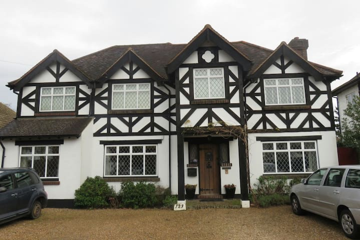 20 mins from Gatwick private suite with breakfast - Coulsdon