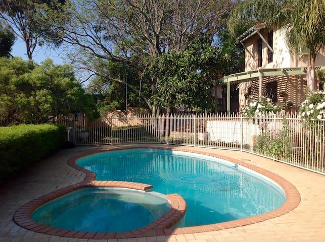 Perth Hills Hideaway 'Blue Room' In Artsy Home - Darlington - Hus