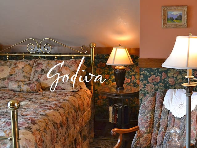 Cocoa Cottage Bed and Breakfast-Godiva Room - Whitehall - Bed & Breakfast